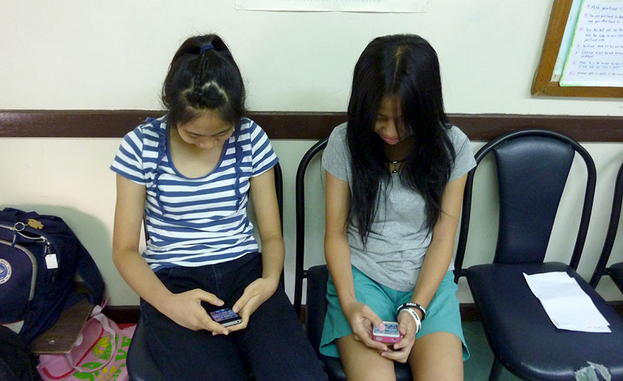 girls-on-phone