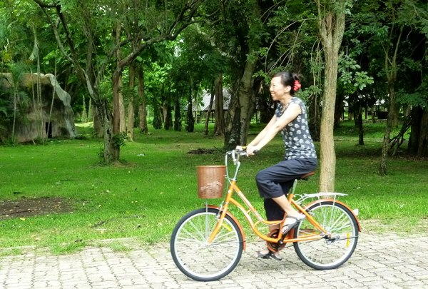 With my new bicycle, EW and I have been exploring life in the 'Rai on my days off.