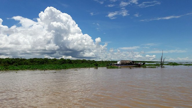 boat-on-the-waters-of-Tonle-Sap