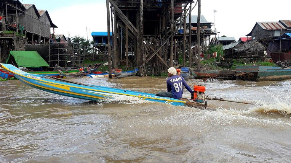 Kampong-Khleang-man-in-boat
