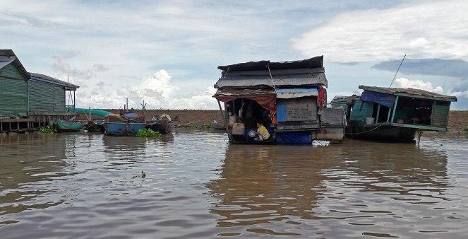 Tonle-Sap-girl-washing-dishes