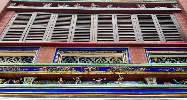 Looking up at Cheah Kongsi. I liked the little cutouts. See them?