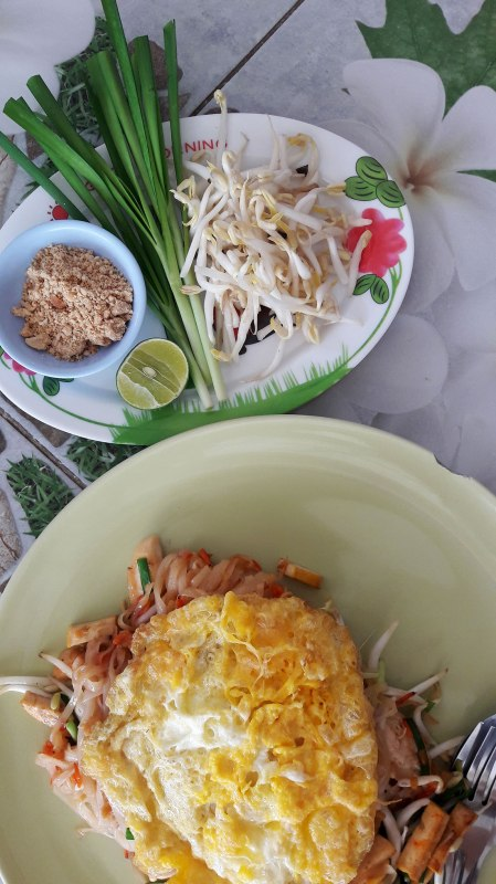 pad thai with fresh bean sprouts and green onions