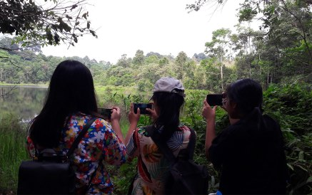 three-girls-taking-photos